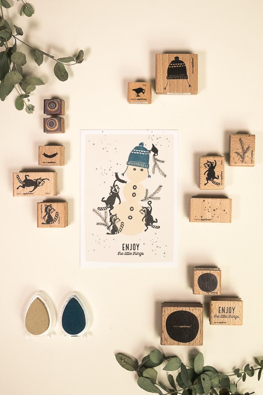 Stempelanleitung für eine Karte mit Schneemann und lustigen Waschbären