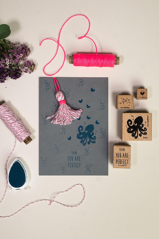 Lustige gestempelte Karte mit Kraken, der sich in eine Tassel verliebt