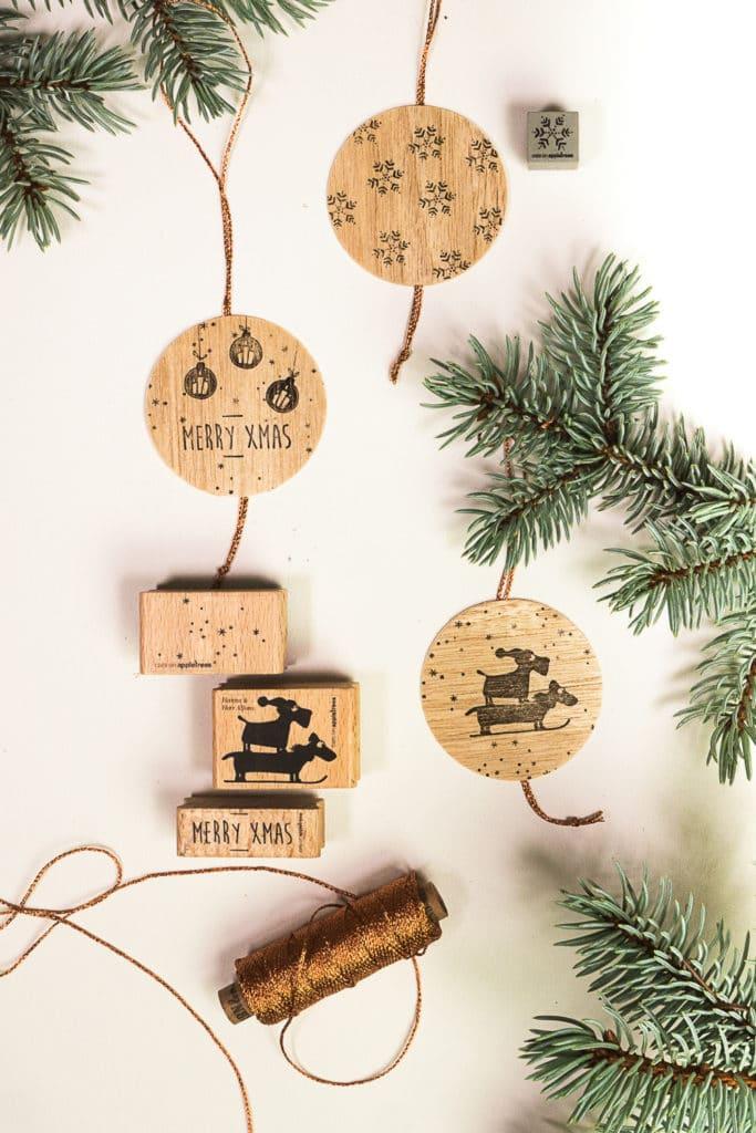 Baumanhänger aus Holz werden gebastelt und weihnachtlich bestempelt