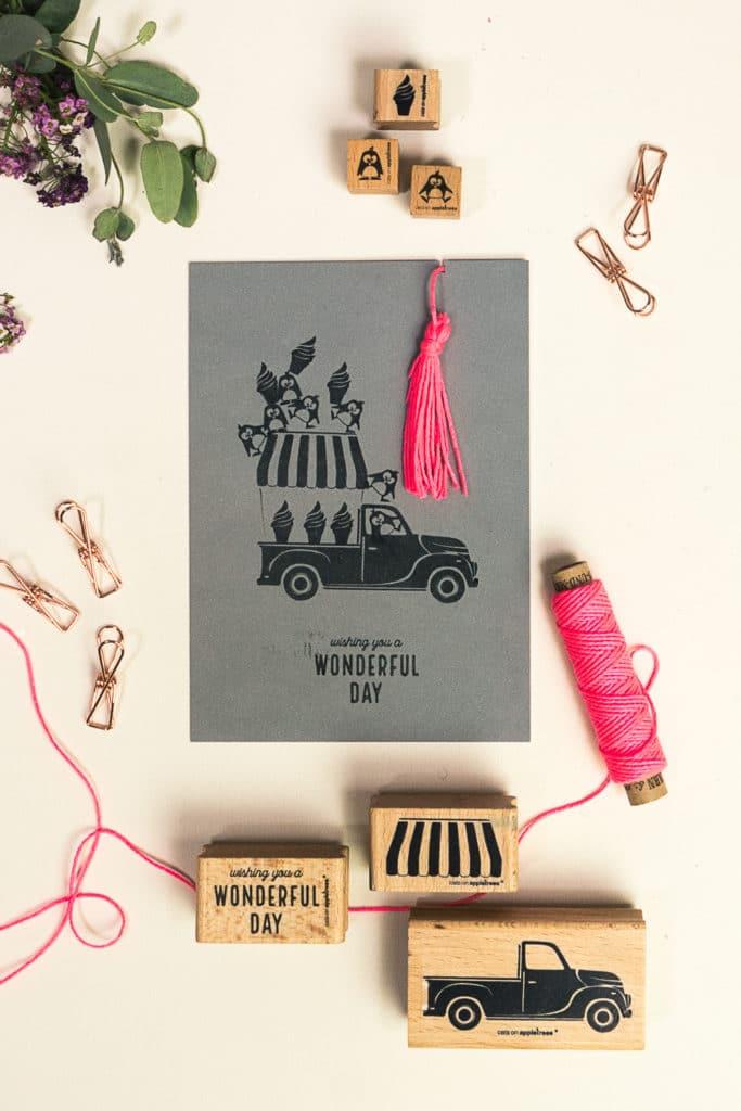 Grußkarte mit gestempeltem Eiswagen und fröhlichen Pinguinen