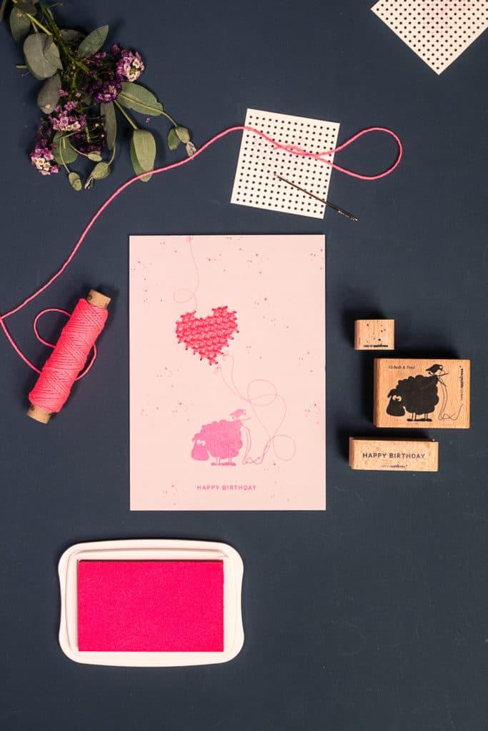 Anleitung für eine gestempelte Karte mit pinkem Stickherz