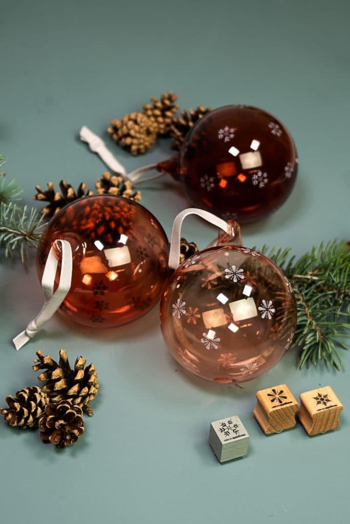 Idee für bestempelte Baumkugeln als Weihnachtsdeko