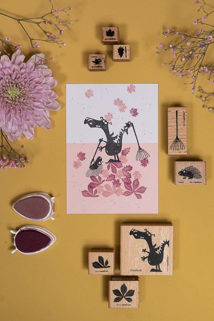 Gestempelte Karte mit Drache und Stachelschwein beim Laub-Rechen