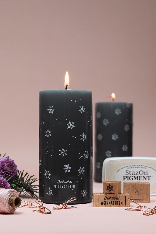 Stylische schwarze Kerze, weiß bestempelt.