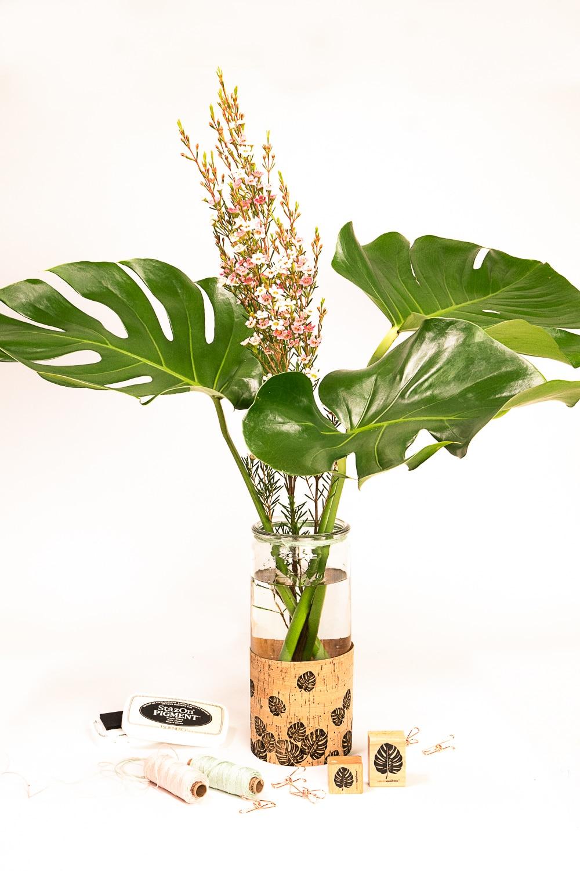 Mit Korkstoff basteln wir eine hübsch verzierte Monstera-Vase