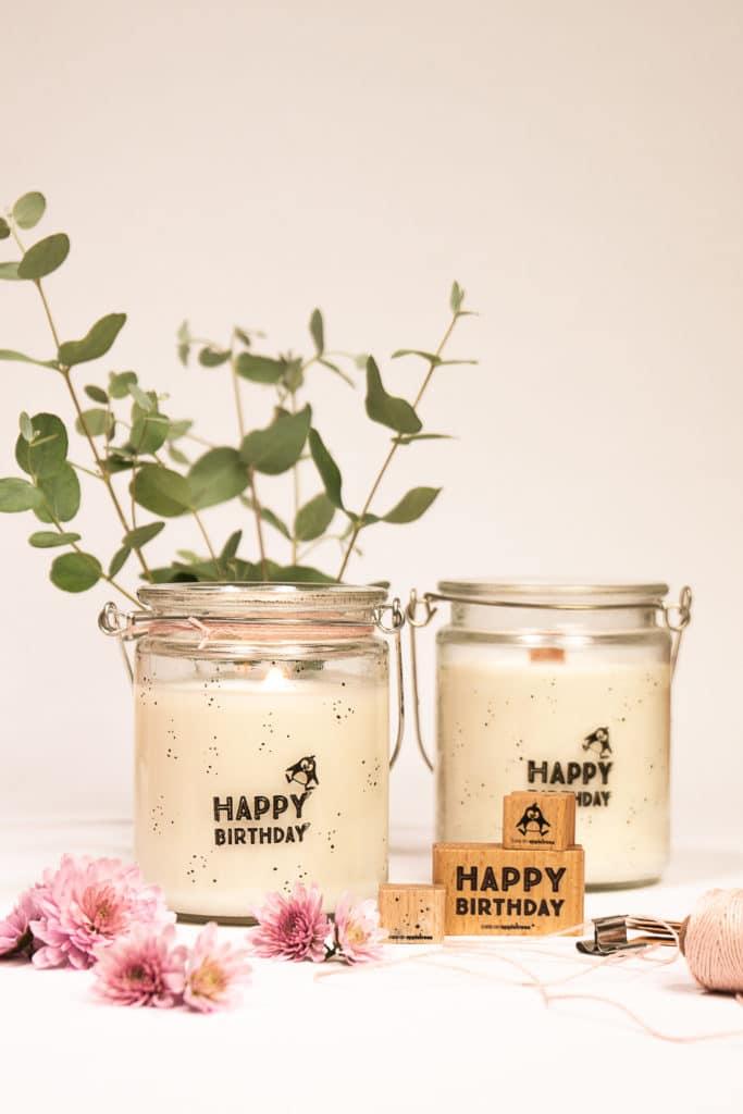 Geburtstagskerzen-Idee: ein bestempeltes Glas wird zur fröhlichen Kerze