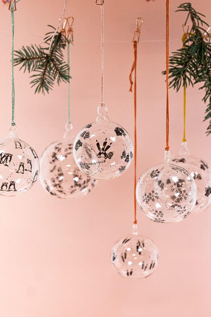 Selbst bestempelte Weihnachtskugeln aus Glas