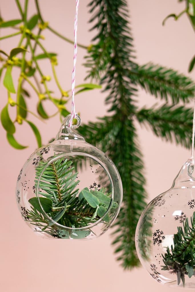 Weihnachtskugeln aus Glas weihnachtlich bestempeln