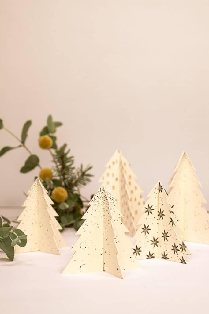 Mit Pappe und Stempeln basteln wir hübsche kleine Dekoweihnachtsbäume