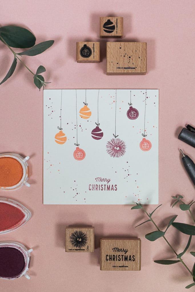 Weihnachtliche Grußkarte mit Moptivstempeln: Seeigel Otto liebt Weihnachtskugeln