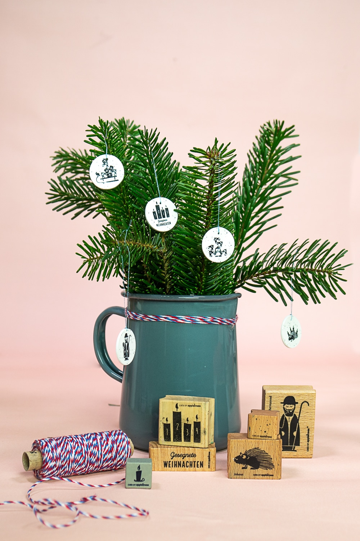 Bestempelte Schrumpffolie ergibt tolle weihnachtliche Baum-Anhänger