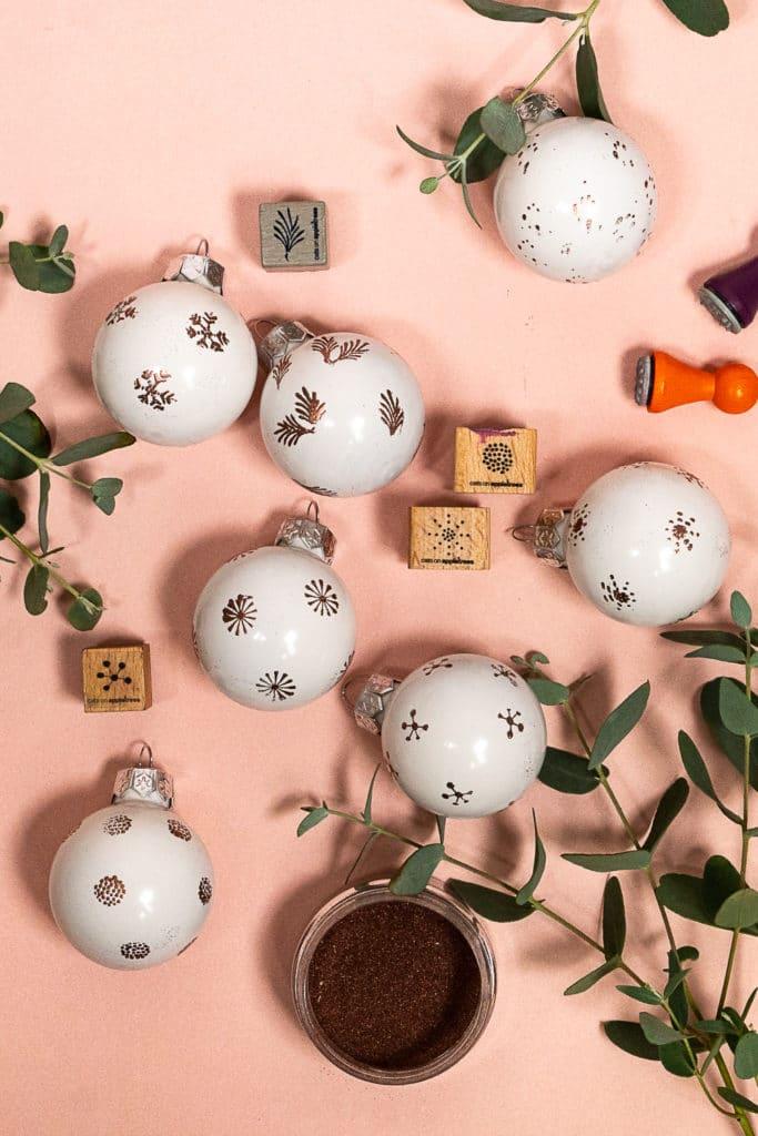 Weihnachtskugeln kannst Du wunderbar selbst gestalten mit Stempeln und Embossing Pulver